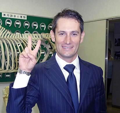 button-only@2x ミルコ・デムーロ騎手の年収,嫁,兄弟,日本での住まいは?日本語堪能で天皇賞の最敬礼が印象的
